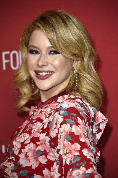 Renee Olstead attends SAG-AFTRA Foundation Patron of the Artists Awards at the Wallis Annenberg Center for the Performing Arts 2017 on November 9, 2017 in Beverly Hills, California.