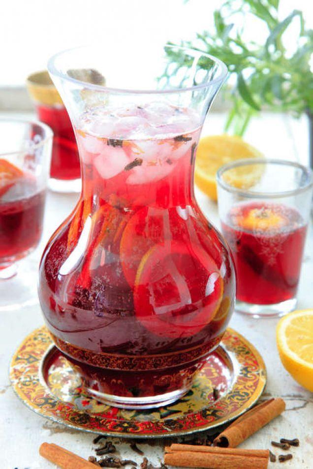 Sangria är bland det godaste du kan dricka en varm sommardag. Här är vårt bästa recept! Vill du ha fler recept och varianter på sangria? Kolla här!