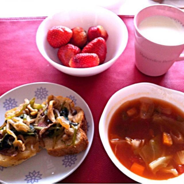 *ほうれん草とベーコンのソテー乗せトースト  *燃焼系スープ(にんじん、ピーマン、たまねぎ、キャベツ、エリンギ、しいたけ、生姜、トマト缶)  *いちご  *牛乳 - 5件のもぐもぐ - 授乳中の朝ごはん by sub