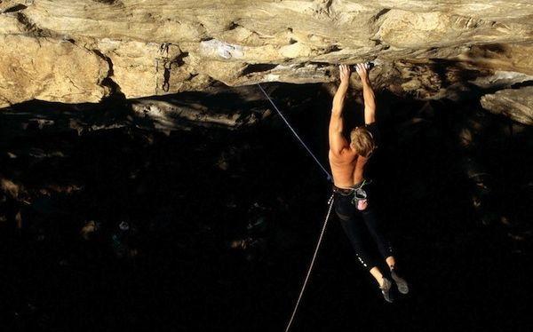 Alpinismo: Mundialmente conocido y que consiste en coronar la cima de una montaña escalando a través de ella.