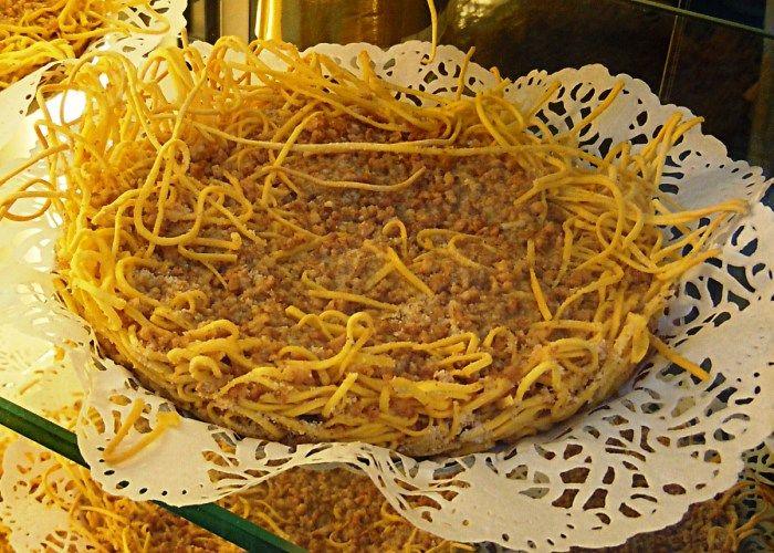 La torta di tagliatelle è una torta originaria dell'Emilia, è anche molto originale da vedere e molto buona da assaggiare, essendo realizzata con far...