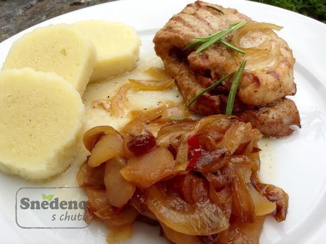 Marinovaný vepřový plátek plněný slaninou , s bramborovým knedlíkem chuťově rozstvítí výrazné sladko-kyselé jablečné čatní.