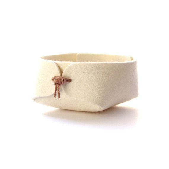 Elegante organizzatore in bianca o grigia naturale lana feltro con legami di vera pelle. Bellissimo anche come utile sulla scrivania, nella hall-modo o camera da letto per chiavi, monete, gioielli, trucco, graffette, caricabatterie ecc.  Il cestello viene consegnato piatto ricco e molto facilmente messi insieme e pronto per luso.  Per visualizzare ulteriori stili e dimensioni Sfoglia https://www.etsy.com/shop/SKANDINAVIOUS?ref=hdr_shop_menu  Dimensioni (Piccolo - diam...