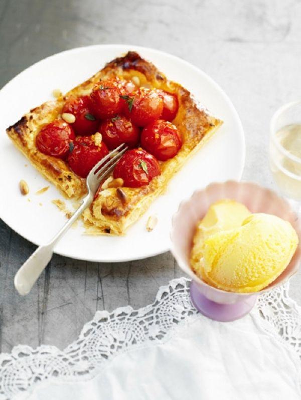 Tomaten-honingtaartje met pijnboompitjes en tijm