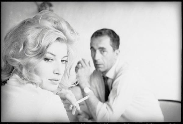 """Monica Vitti e Michelangelo Antonioni a Barlassina (Monza) nel 1960 sul set de """"La notte"""".     Fotografia di Gianfranco Moroldo"""