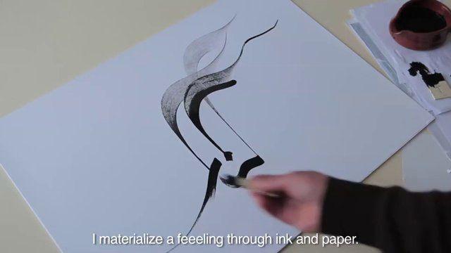 Interview d'Hassan Massoudy, calligraphe irakien de renom. Il parle de son art, de son expérience du graffiti et de l'inspiration artistique. Rencontre dans son studio en vidéo.  Hassan Massoudy a acquis depuis longtemps une reconnaissance internationale grâce à ses calligraphies arabes. Cet artiste irakien est installé à Paris depuis 35 ans et ses talents dans l'art de sublimer les lettres n'ont pas échappés aux gra…