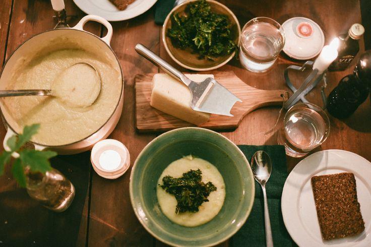 Vi äter jordärtskockssoppa till middag, enligt Erics recept. SÅ JÄLA GOTT, speciellt med grönkålschips och tryffelolja på.