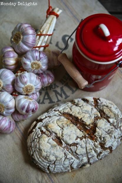 Хлеб на яблочной закваске с чесноком, маслинами и кориандром