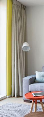 Kleur in je interieur? Gekleurde gordijnen of muurverven? Femkeido koos hier voor fel geel met neutrale gordijnen.