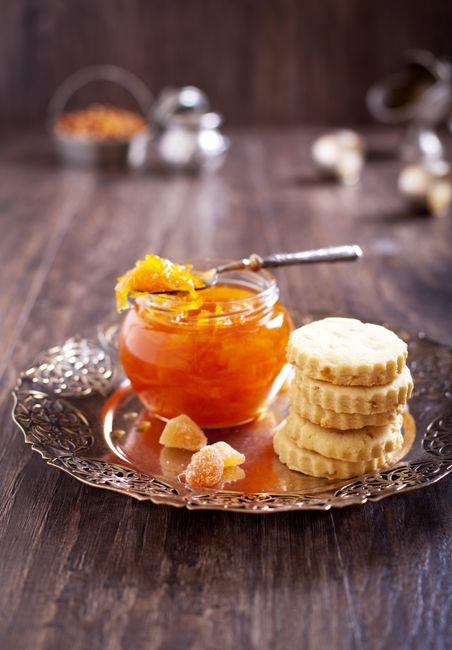 1) Шотландское песочное печенье (shortbread) - с засахарённым имбирем. 2) апельсиновый конфитюр