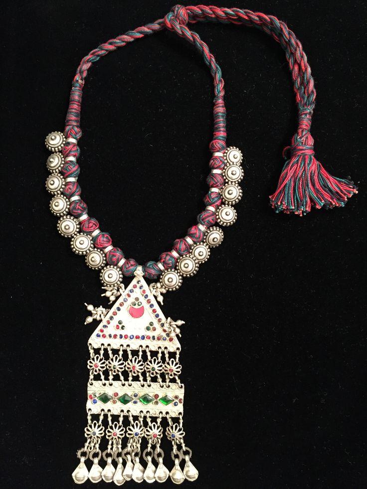 Collar etnico de plata con varias piezas étnicas de Rajasthan India y detalles en cristales de colores verde y rojo con cordon de algodon en colores rojo, verde y negro con cierre corredizo. www.litticomplementos.com