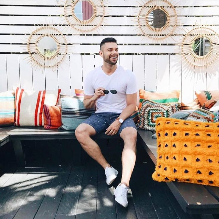 These shorts are certainly the ideal building block for warm-weather ensembles. They're made from cotton and linen-blend canvas that's soft and naturally breathable and dyed a universally flattering shade of navy. This wardrobe staple is perfect for beach holidays or weekend getaways. #menshorts #linenshorts #casualshorts #pointzero