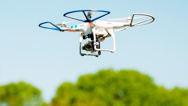 'Dronie' to inny rodzaj #selfie. Zamiast zdjęcia zrobionego smartfonem lub aparatem fotograficznym trzymanym w ręce, pokazujemy siebie w krótkim filmiku, rejestrowanym przez kamerę wbudowaną w Drona - sterowanego zdalnie wielowirnikowca. Wysoka jakość filmów zachęci niejednego do testowania możliwości tych maszyn. (fot.fastcompany.com) #dronies