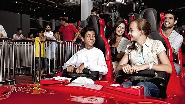 FORMULA ROSSA は、フェラーリの F1 マシンをモデルにした乗り物で、2秒で時速 100km、5秒以内に最高速度の 240km に達し、全長 2.07km のコースを走り抜ける世界最速のジェットコースター