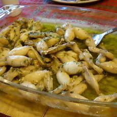 Meng de gehakte sjalotten, peterselie, citroensap, geperste knoflook, peper en zout door de zachte boter en breng op smaak met cognac. Droog de kikkerbilletjes af en kruid ze met peper en zout. Haal ze door de bloem en schud het teveel aan bloem er weer af. Verhit bakboter in een pan en bak hierin de billetjes krokant. Giet na het bakken de overtol
