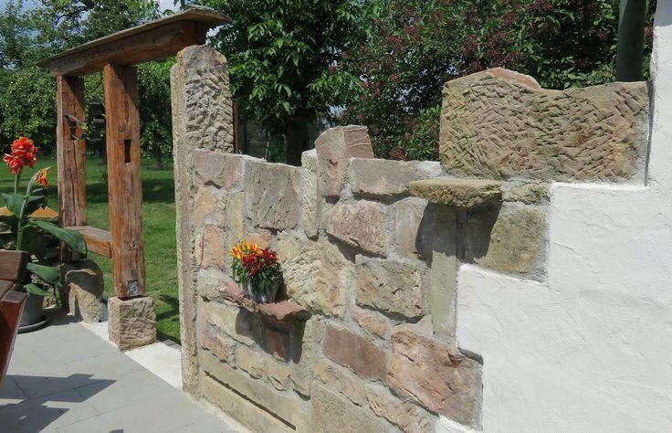 Torbogen Romantisch Aus Altem Holz Und Sandstein Lassen Sie Sich Von Diesem Romantischen Gartensitzplatz Inspiriere Steinmauer Garten Sandstein Gartenmauern