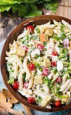 Caesar Salat mit Hühnchen, leckeres Rezept zum Grillen. Zutaten: 1 Tasse Mayonnaise, ⅓ Tasse saure Sahne, 1 große Knoblauchzehe, gepresst, 2 EL Zitronensaft, 2 Anchovis, fein gehackt, 1 TL Worcestershire-Sauce, 1 Pfund Penne Nudeln, gekocht, al dente und mit kaltem Wasser abgespült, 6 große Blätter Römersalat, in dünne Scheiben geschnitten, 1½ Tassen Cherrytomaten, 4 Frühlingszwiebeln, ½ Tasse feiner Parmesan,  ½ TL gemahlener schwarzer Pfeffer, 2x gegrillte Hähnchenbrust, gewürfelt, 1½…