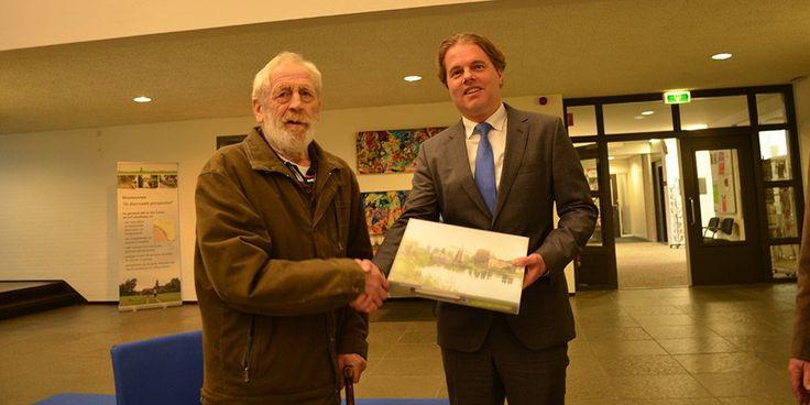 Welkomstpakket aan eerste nieuwe inwoner door burgemeester uitgereikt