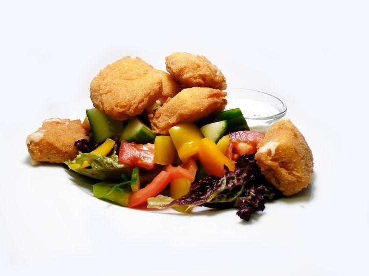 Míchaný zeleninový salát s pikantními sýrovými nugetami a bylinkovým dipem.  #ukastanujarov http://www.ukastanu.cz/jarov