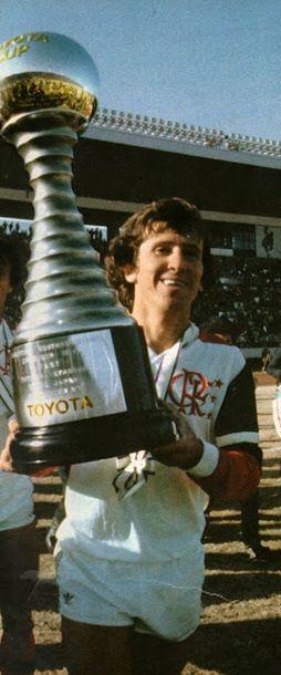 Zico campeão do Mundo pelo Flamengo em 1981. O técnico do Liverpool disse que não poderia temer o clube brasileiro porque seu time estava acostumado a decisões europeias. Levou um baile: 3x0 no primeiro tempo. No segundo foi só tocar a bola. Respeito é bom e a gente gosta.