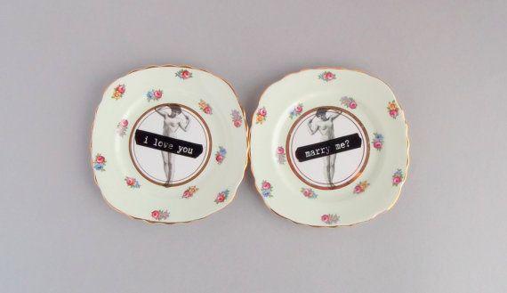 Zolla di proposta impostato; upcycled vintage Colclough floreale Cina; immagine speculare della signora nuda con