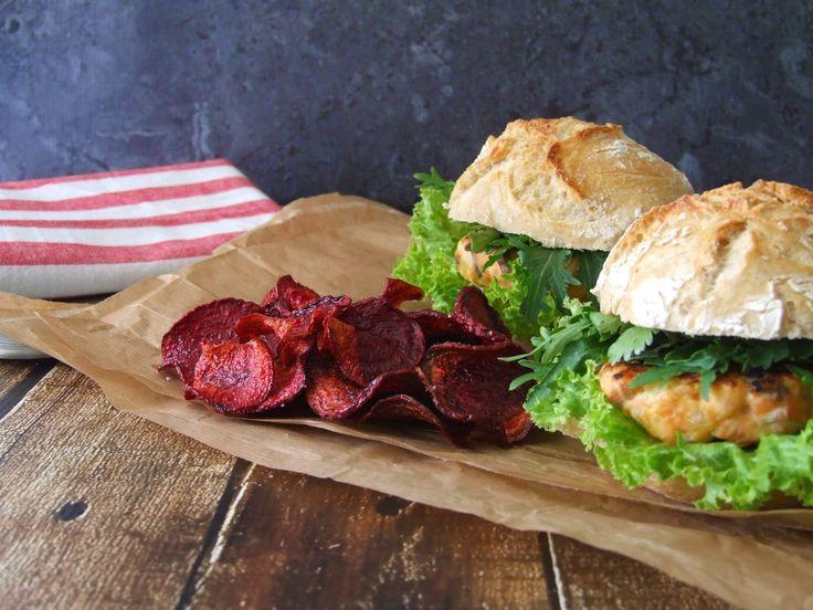 Hambúrguer de salmão com salada de mizuna e coentros e chips de beterraba (Salmon burguer with mizuna and coriander salad and beetroot chips)