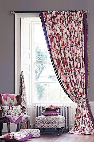 Zatemňující dekorativní závěs v romantickém úvazu se střapcem. V ložnici k němu sladíme i polštářky, taburet, čalouněné křeslo.