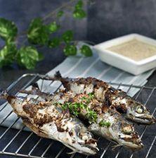Διαλέξτε ωραίους αυγουστιάτικους κολιούς μεγάλους και κατάλληλους να ψηθούν στα κάρβουνα ή στη σχάρα του φούρνου. Η σάλτσα που σας προτίνουμε είναι ασυνηθιστή και ταιριάζει απόλυτα με την σάρκα του συγκεκριμένου ψαριού