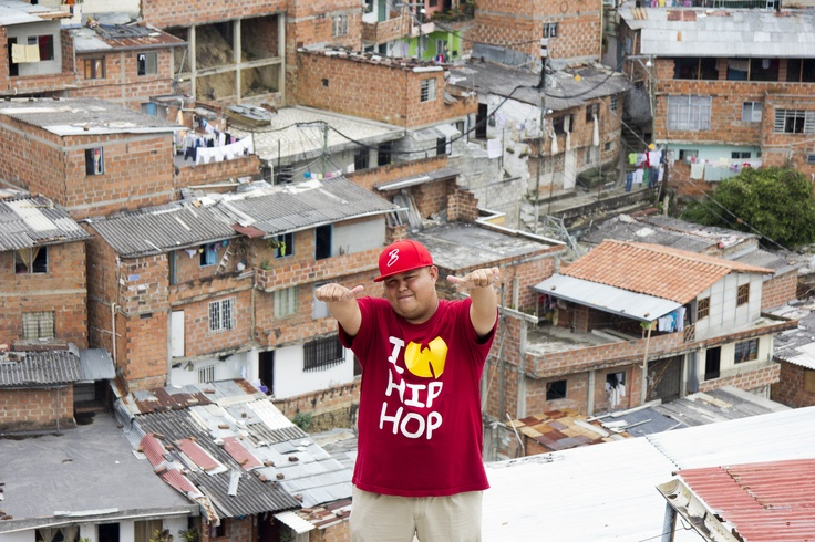 """Este es Jeihhco, el gestor cultural más sobresaliente de una comuna de Medellín que ha derramado mucha sangre en sus calles; el Coordinador General de Revolución Sin Muertos, festival de Hip Hop que hoy día reúne a más de 30 mil asistentes; el integrante de C15, con quienes canta con mucha convicción que """"Aquí sí hay amor"""""""