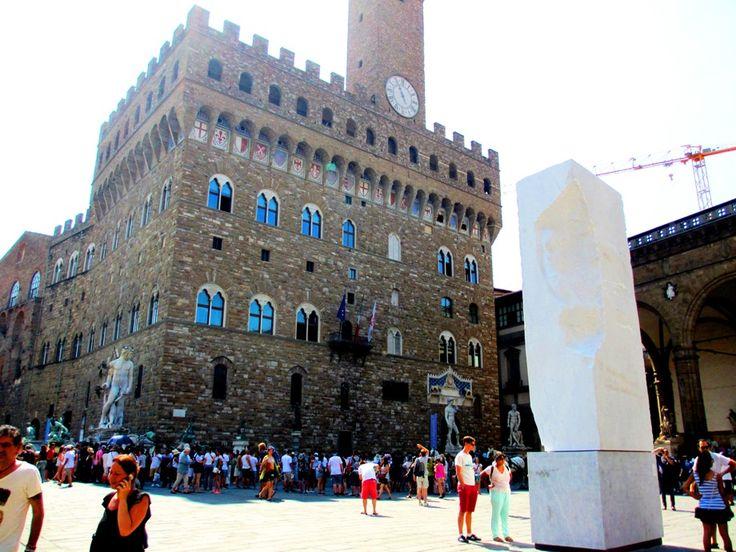 L'imponente blocco di marmo al centro di Piazza della Signoria