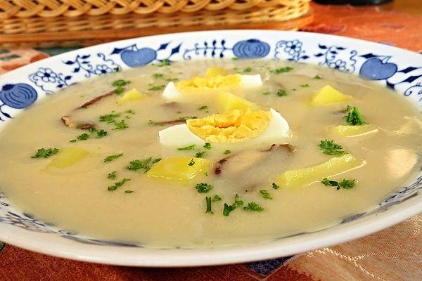 Recept na Hladká Ančka. Staročeská polévka z východních Čech. Vařili ji chudí tkalci. Polévka má mnoho obměn, základem jsou houby, vejce a brambory, někde se polévka zahustila mlékem, jinde smetanou. Vejce se přidávala do polévky vařená nebo se jen do polévky rozmíchala.