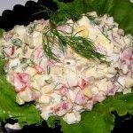 Рулет крабовый-2 Для приготовления блюда Рулет крабовый необходимы следующие ингредиенты: 200-250 гр палочек крабовых, 200 гр сыра (твердого сорта), 3 зубчика чеснока, зелень, листья салат, майонез, соль на пробу.