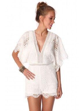 *Witte jumpsuit kort,gemaakt van een doorzichtige gehaakte kant met volledige voering.  Diepe v-hals voor en achter met een koord sluiting op de rug.  Korte kimono mouwen en een ritssluiting op de rug.  Perfect voor een zomerse dag of dagje naar een strand club!  Festival of party outfit!