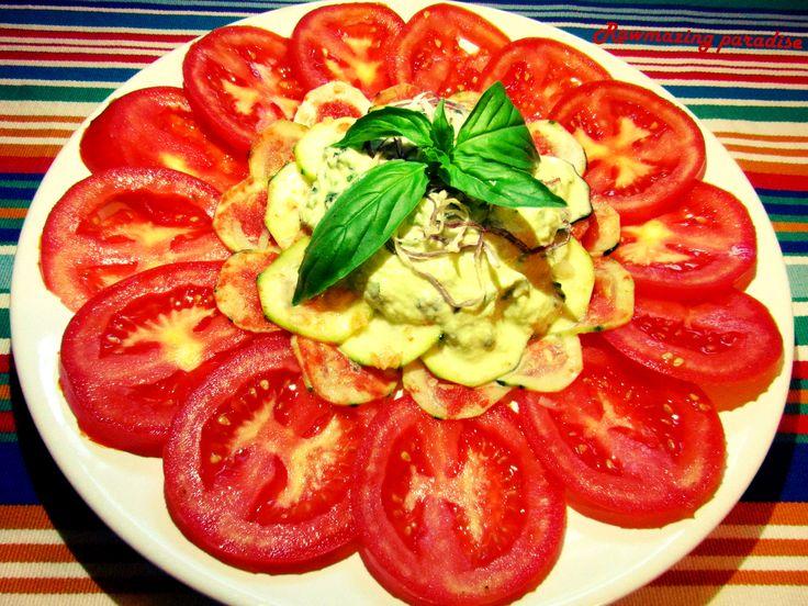 marinovaná cuketa s rajčaty a sezamovo-bazalkovou omáčkou