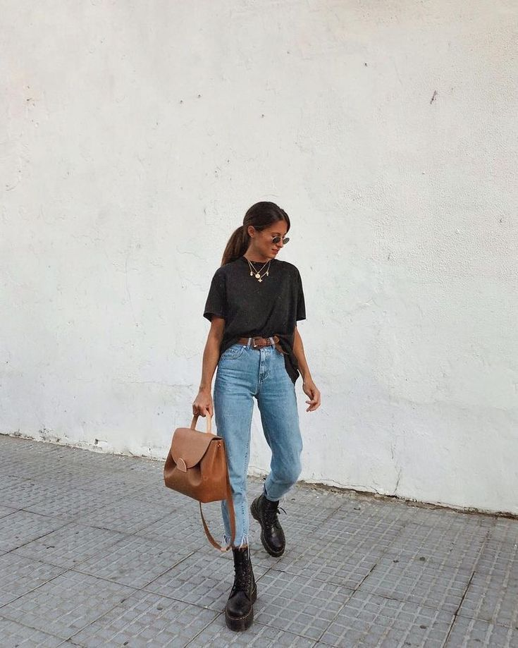 black T-shirt, jeans, black boots, brown bag – casual autumn outfit, winter outfit