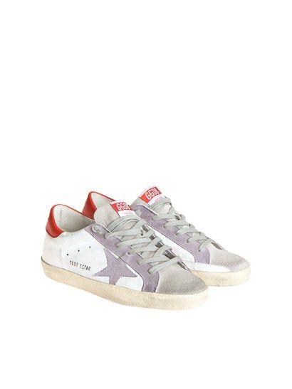 Sneaker in pelle bianca, inserti in pelle scamosciata grigia e viola, dettaglio in pelle rossa sul retro, suola in gomma. - Golden Goose - Sneaker Superstar.