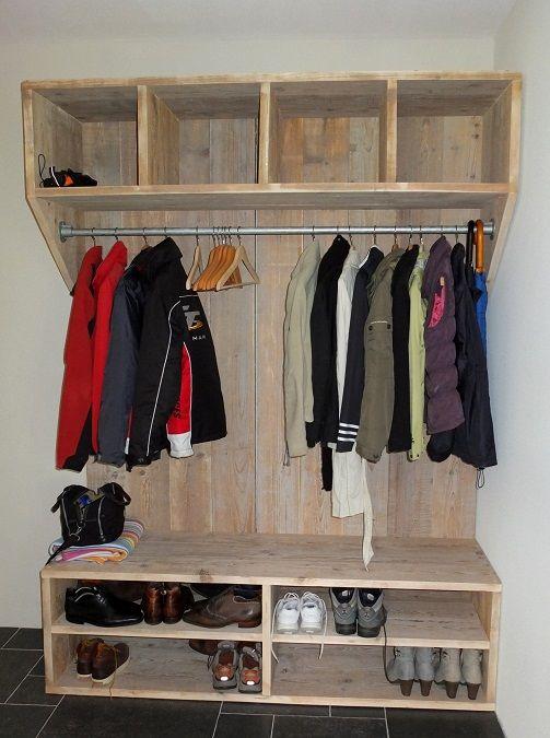 Alles in één meubel: een steigerhouten kapstok met schoenenkast. Deze kast is 170cm breed, 50cm diep en 230cm hoog maar kan natuurlijk ook in andere maten worden gemaakt. Hij wordt natuurlijk mét stang geleverd.Erboven ruime opbergvakken voor sjaals, handschoenen en dergelijke. Onder nog de schoenenkast waarin wel 2 rijen schoenen achterelkaar kunnen staan. Deze is ook nog eens als bankje te gebruiken, handig!