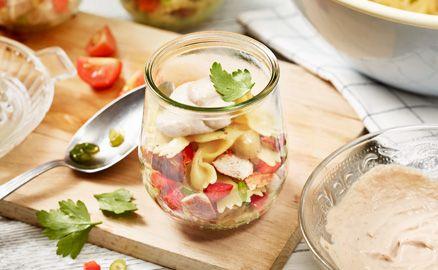 Das Besondere, am Nudel Hähnchen Salat ist die Thunfischcreme-Sauce aus cremiger Mayonnaise und Zitronensaft.