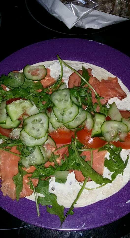 Diabetes wrap met rosbief sla en avocado mayonaise komkommer en tomaten. Op een koolydraadarm wrap. Lekker rollen en eten