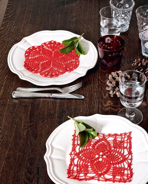 Hæklede mellemlægsservietter er en klassiker, og kan bruges hele året, men hækler du dem i rødt, vil de lyse op på ethvert julebord.