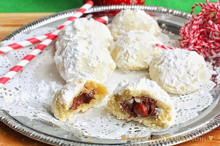 Hógolyó süti, Nutellával, mogyoróval - Hozzávalók (kb. 18-20 db) Tészta      150 g liszt     75 g dió/mandula/mogyoró finomra darálva     220 g vaj, puha     60 g porcukor     1 tk vanília aroma     csipet só  Töltelék      Nutella     Pirított törökmogyoró – kb.20      40 g porcukor, meghempergetni a kész sütiket