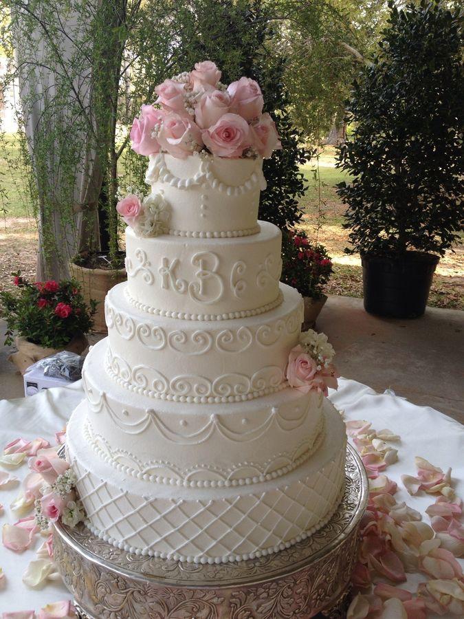 Moderne Vintage – Runde Hochzeitstorten – mit Scrollwork. Verschiedene Blumen und …   – My wedding