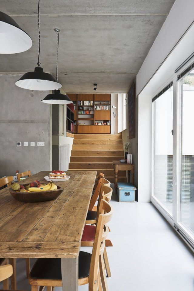 un revêtement de sol en résine blanche dans la salle à manger avec une table en bois rustique