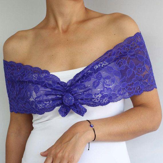 Elegante romántico, strechy hombro abrigo púrpura azul cobalto color del cordón, decorado con botón en el ingreso. Puede ser utilizado como un collar de tela estilizada. Es mi diseño único. Ancho del cordón es 5.9(15cm). Hombro de la modelo en el perímetro de la imagen es aprox. 37,0(94 cm). Puesto que el cordón es elástico, puede ajustarse hasta a 39,7(100 cm) el perímetro del hombro. Artículos similares en colores más claros (blanco, marfil, crema etc) están disponibles en mi tienda de…