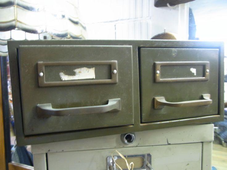 Industrieel ladekastje. Groen, 2 schuifladen. Vraagprijs €