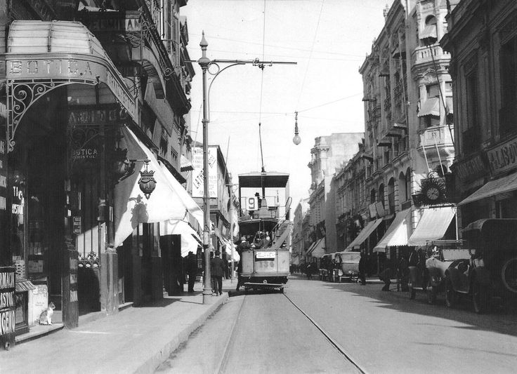 Chile, Santiago. Vista del tranvía en la esquina de Ahumada con Huérfanos, en el año 1920.