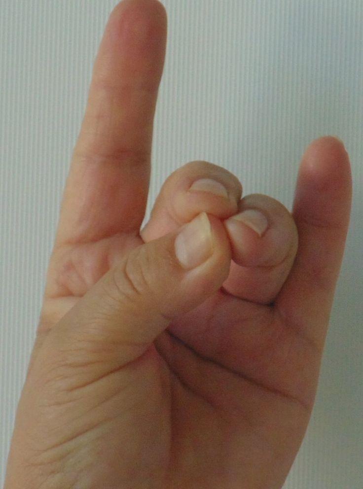 Ez a kéztartás megállítja a hajhullás és a korai őszülés folyamatát. Használ ízületi ficam, az ízületek és a szomszédos izmok rándulásánál, húzódásánál. Belső igazság mudra  Ujjtartás: A bal gyűrűs-, középső és hüvelykujj hegye összeér, a többi ujj egyenesen nyújtva. A mudrát 5 percig végezze, közben 11-szer rezegtesse a mantrát! Testi hatása: Hat az ízületekre, fogakra, bőrre, hajra, csontokra. Feloldja a mozgáskorlátozottságokat, Erősíti az izmokat, mozgató idegeket. Tisztítja a bőrt, jó a…