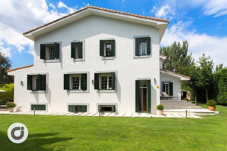 La fachada lateral parece asemejarse a las granjas y a las casas de campo de Alemania, caracterizadas por el blanco de la pared y los grandes ventanales con persianas verdes de madera.