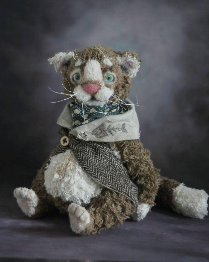 Толстые коты - большие комочки любви  Маркиз де Пузат, бывший аристократ  сшит из хлопка и вискозы, набивка смешанная, пузень жамкательный. Рост 21 см. Ищет добрые любящие руки. Стоимость 7500 р.  ____________________________________ Old cat is looking for home.