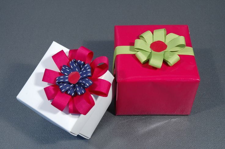 Des #noeuds superbes faits de rubans de plusieurs couleurs et finis par une pastille adhésive #emballagecadeau http://www.comptoir-emballage.com/les-rubans.html